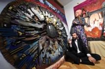 Une artiste ukrainienne présente des oeuvres réalisées avec des munitions
