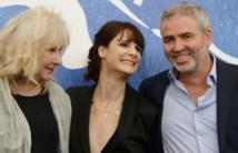 Stéphane Brizé, aux côtés des actrices Judith Chemla (d) et Yolande Moreau (g)