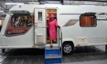 """La reine Elizabeth fait un tour en camping-car et s'y sent """"comme à la maison"""""""