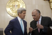 Le secrétaire d'Etat américain John Kerry s'entretient avec son homologue égyptien Sameh Shukri