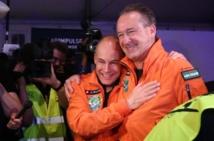 Le pilote suisse Bertrand Piccard étreint son compatriote André Borschberg