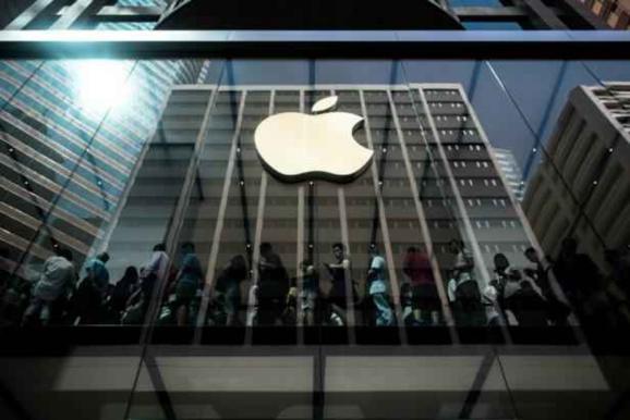 Des acheteurs font la queue à l'intérieur d'une boutique Apple à l'occasion du lancement des nouveaux iPhone 6 à Hong Kong