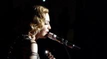 Attentats de Paris : Madonna chante La vie en rose en larmes