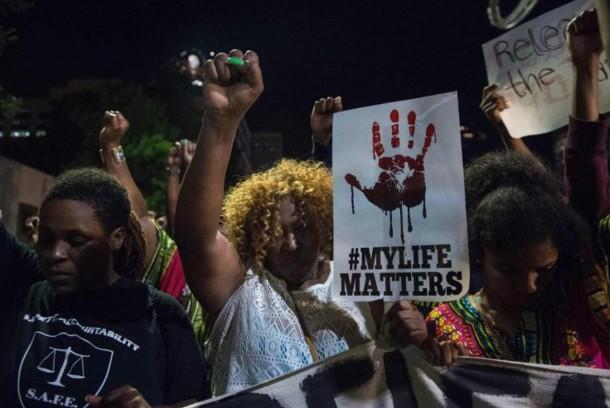 Etats-Unis: la tension persiste à Charlotte où Clinton repousse sa visite