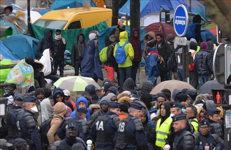 France: Evacuation des migrants fraîchement installés à Paris