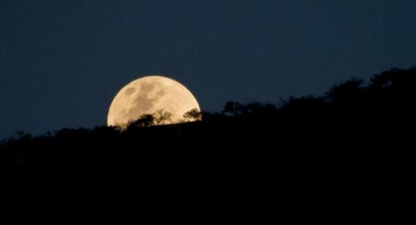 """Des milliers d'enthousiastes se préparent à observer la """"super Lune"""""""