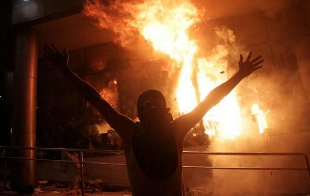 Paraguay: des opposants saccagent et incendient le parlement