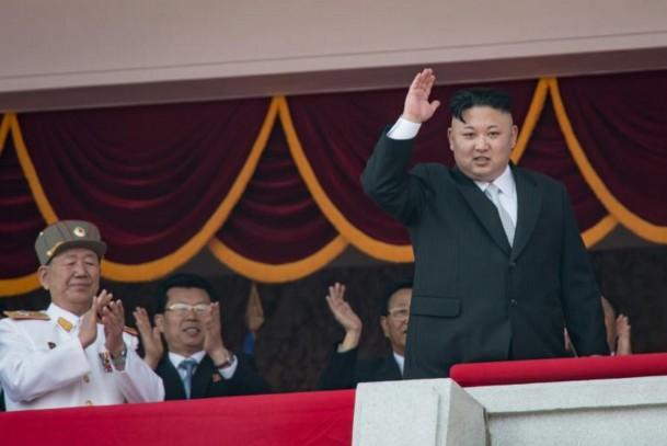 Corée du Nord: show militaire et menace de riposte nucléaire
