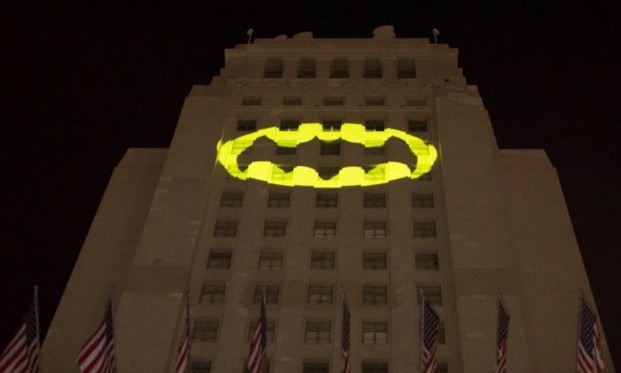 """Décès Adam West: un faisceau lumineux """"Batman"""" sur la mairie de Los Angeles"""