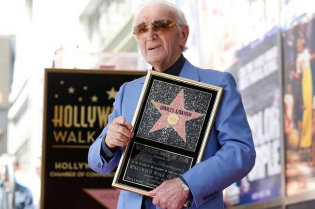 Charles Aznavour, à 93 ans, obtient une étoile à Hollywood