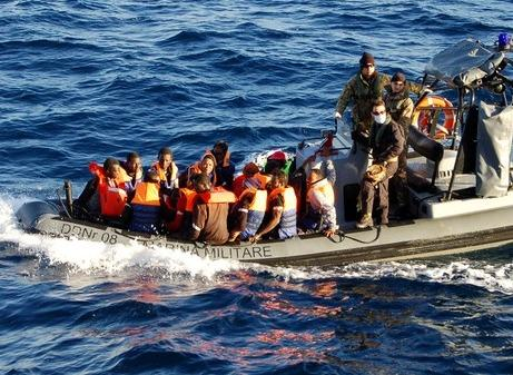 Méditerranée: au moins cinq migrants disparus en mer au large de la Libye
