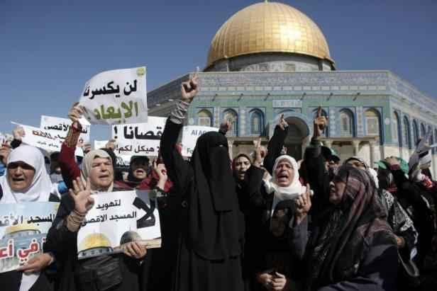Des femmes palestiniennes manifestent le 27 septembre 2015 sur l'esplanade des Mosquées à Jérusalem