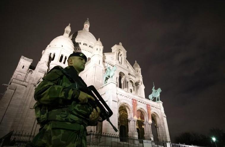 """Attentats: le """"huitième"""" jihadiste traqué, Kerry à Paris"""