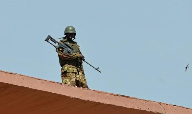"""Attaque à Bamako: l'enquête suit """"plusieurs pistes"""", trois pays en deuil avec le Mali"""