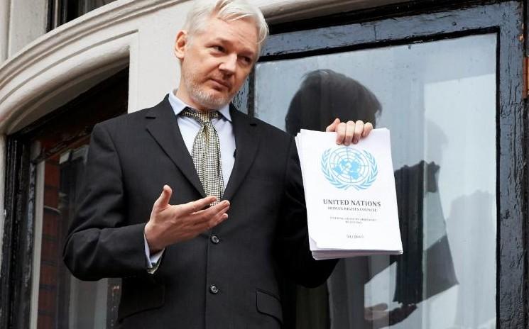 """Assange crie """"victoire"""" et réclame sa liberté"""