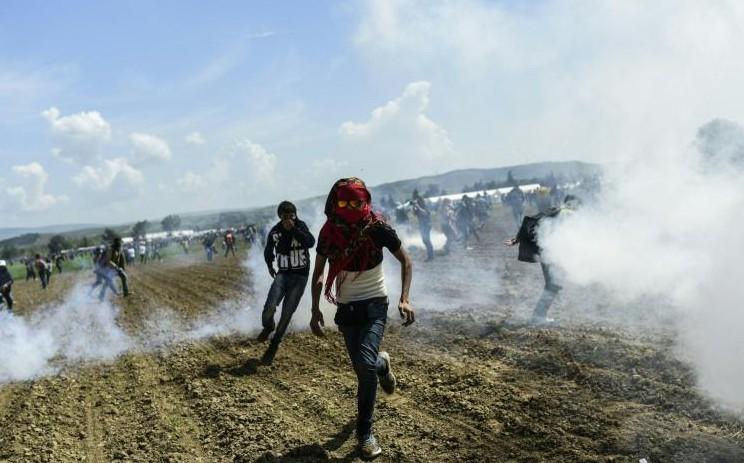 Grèce: pic de tension à Idomeni et au Pirée, près de 300 migrants blessés