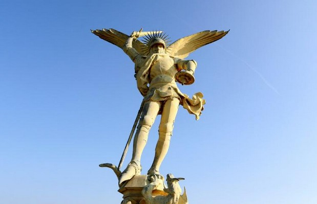 L'archange du Mont-Saint-Michel redoré, mais tout ne brille pas pour le patrimoine