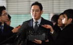 Le patron de Samsung comparait menotté à son interrogatoire à Séoul