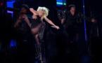 Lady Gaga, sensuelle et acrobate, offre son nouveau titre à Coachella