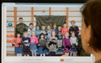 Russie: des enfants posent à l'école maternelle avec des kalachnikov