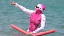 France: des Bretons se baignent habillés en guise de solidarité avec les femmes en burkini