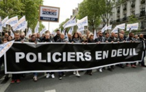 """Attentat des Champs-Elysées: des policiers en """"colère"""" interpellent Macron et Le Pen"""