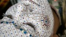 Au Kosovo, des masques en couleur pour protéger le marié du mauvais œil