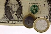 L'euro tombe à 1,3112 dollar, un nouveau plus bas depuis un an