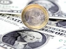 L'euro à son plus bas niveau depuis octobre 2008, à 1,2333 dollar