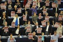 """Roms: le Parlement européen demande à Paris de """"suspendre"""" les expulsions"""