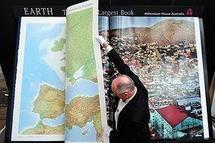Un atlas à 100.000 dollars, plus grand livre du monde, présenté à Francfort