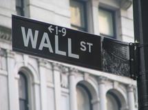 Wall Street emportée par le renforcement du dollar et le repli des banques