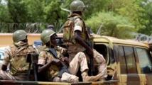 Mali: une cinquantaine de soldats tués depuis vendredi, de l'émoi et des questions