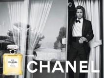 Brad Pitt égérie du N°5 de Chanel dans une campagne au décor dépouillé