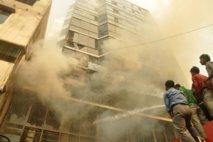 Bangladesh: des milliers d'ouvriers manifestent après un incendie meurtrier