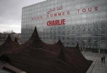 """""""Nous sommes Charlie"""" inscrit sur la façade de l'IMA en français et en arabe"""