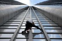 Le Spiderman français escalade une tour en hommage aux victimes du Népal