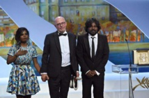 Jacques Audiard et les acteurs sri-lankais Kalieaswari Srinivasan et Jesuthasan Antonythasan