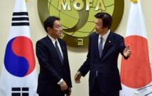 Les ministres japonais Fumio Kishida et sud-coréen des Affaires étrangères