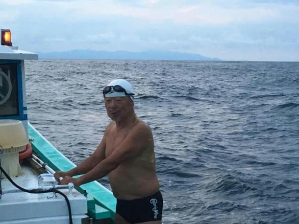 Un Japonais de 73 ans traverse à la nage un périlleux détroit