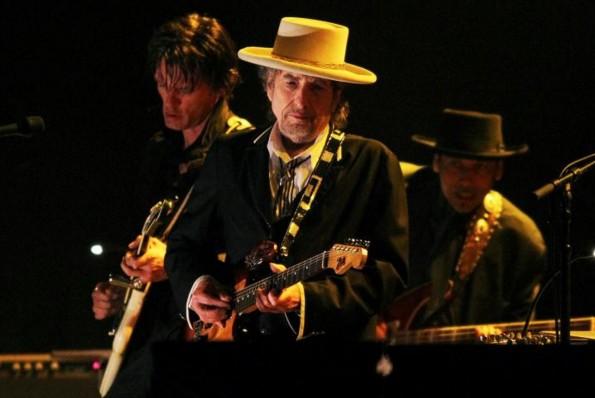 """Nobélisé pour sa poésie, Bob Dylan chante celle des autres dans """"Triplicate"""""""