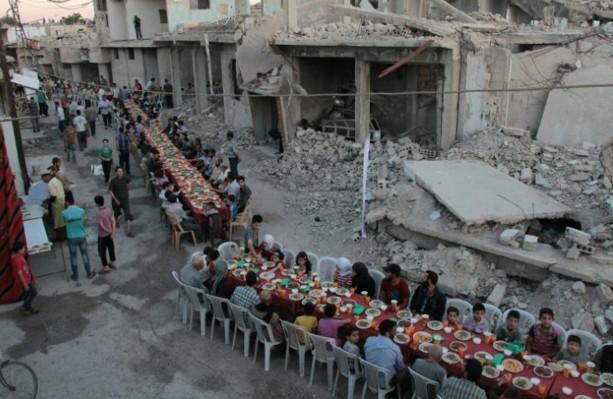 En Syrie, rupture du jeûne au milieu des ruines