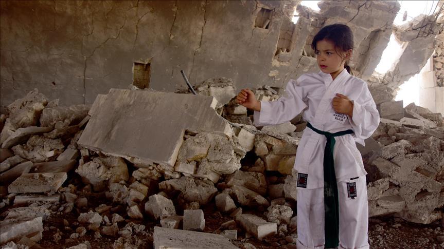 """Nour, une petite Syrienne qui rêve de devenir """"championne"""" de karaté"""