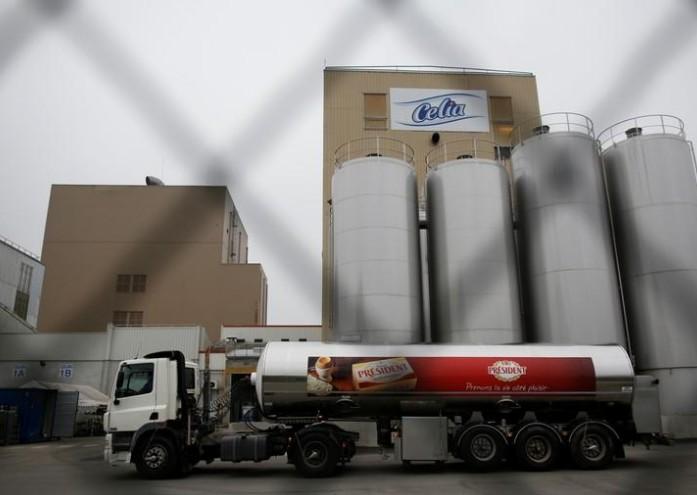 Des producteurs de lait devant l'usine Lactalis de Craon