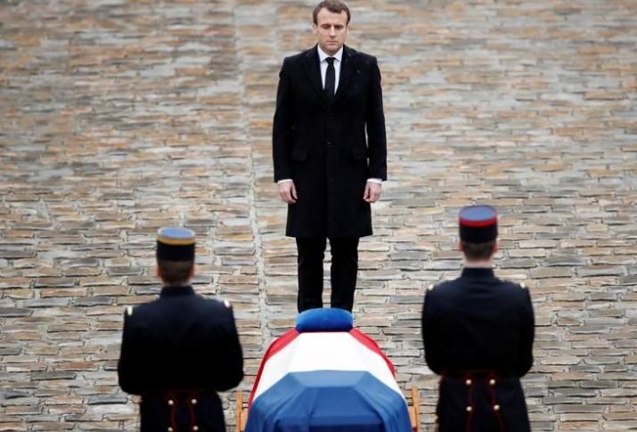 """La France remportera la bataille contre l'islamisme """"avec calme"""", dit Macron"""