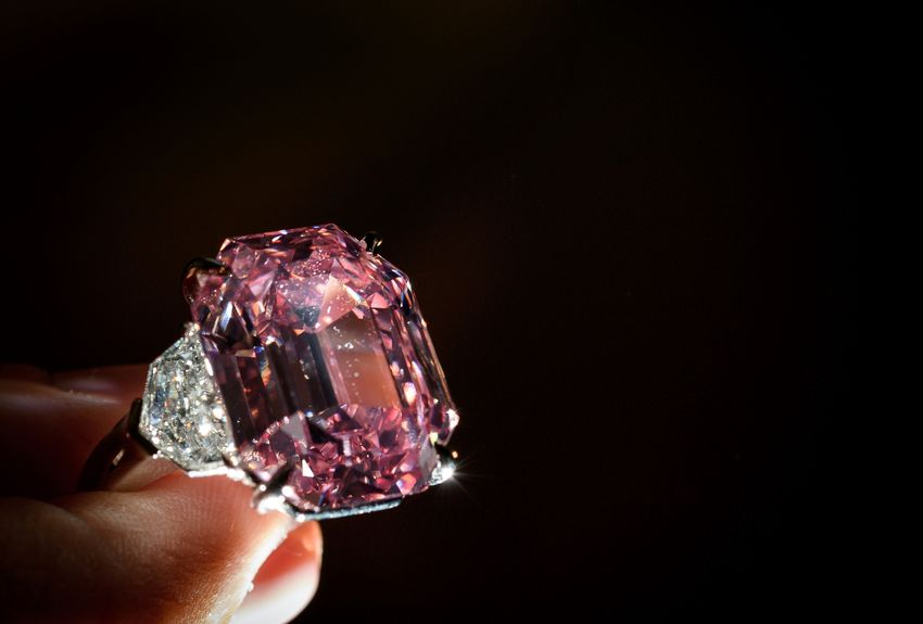 Suisse: un diamant rose adjugé au prix record de 44,3 millions d'euros