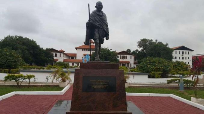 """Gandhi accusé de """"racisme"""", une statue retirée d'une université au Ghana"""