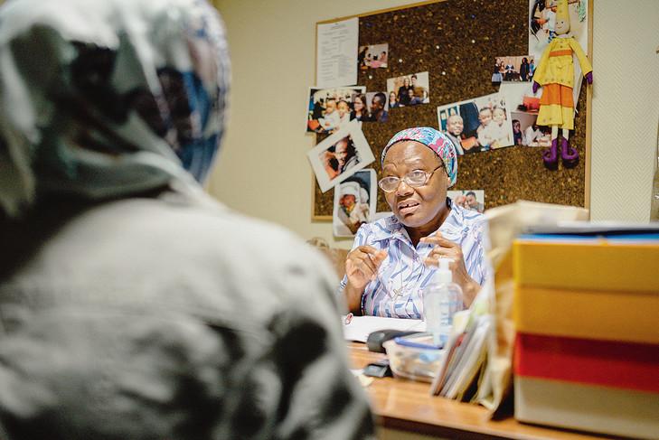 A Paris, une religieuse camerounaise accueille des migrantes et leurs bébés