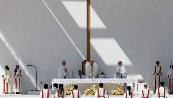 Le pape termine son voyage aux Emirats par une messe géante