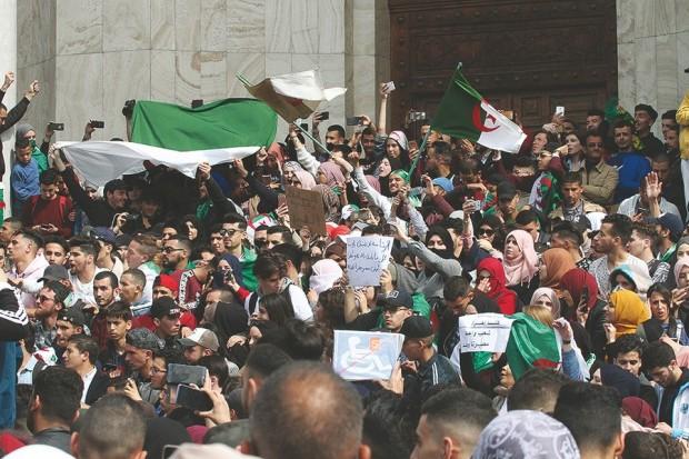 Au Maroc, la situation en Algérie n'a pas suscité un «grand émoi» mais elle «inquiète» (Le Monde)